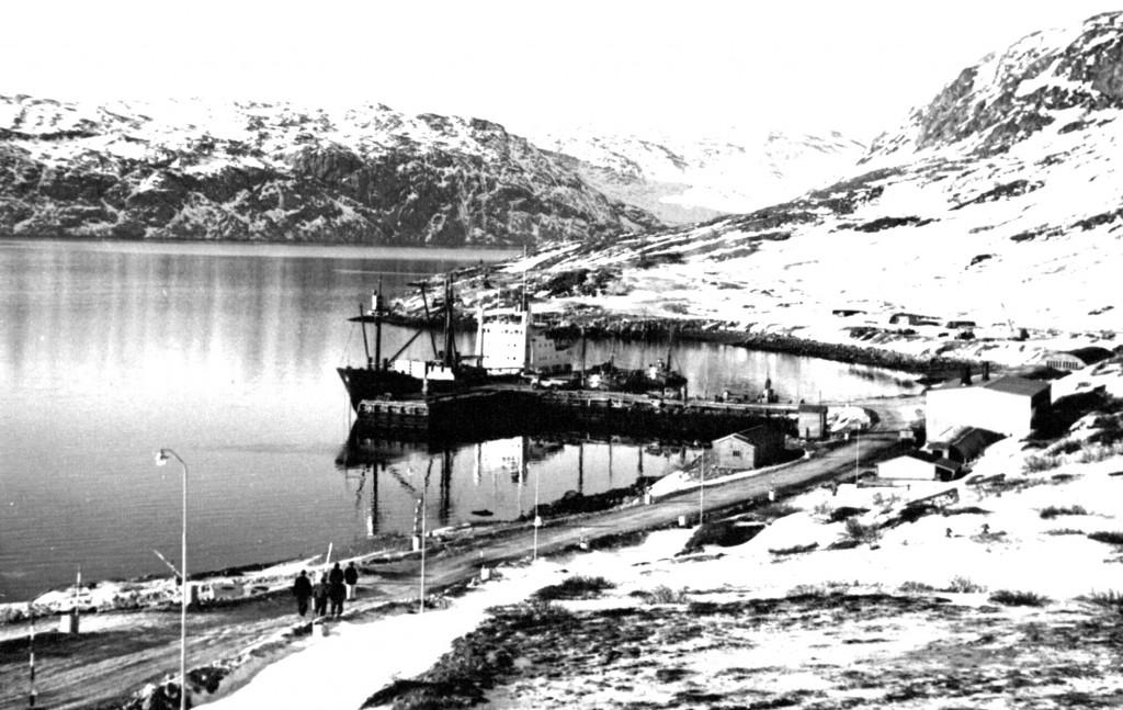 Udsigt mod haven og havnebakken på Flådestation grønnedal. Foto 1961.