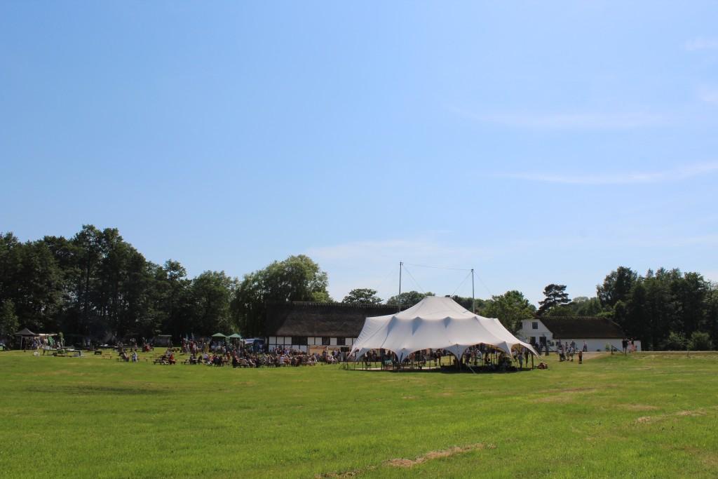 Udsigt mod Esrum Møllegård, teltplads og udstiller en time før indvielsen af Nationalparken finder sted kl.16