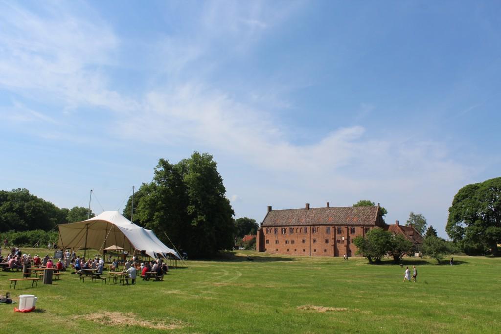 Udsigt mod Esrum Kloster og det store græsareal mellem Esrum Møllegård og Esrum Klostermed opsat telt