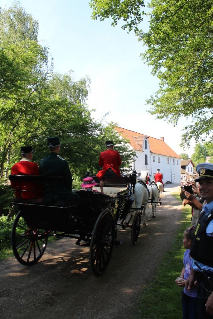 Dronningen og miljøministeren ankommer i karet til Esrum Møllegård og Kloster. Foto den 29. maj 2018 af erik K Abrahamsen