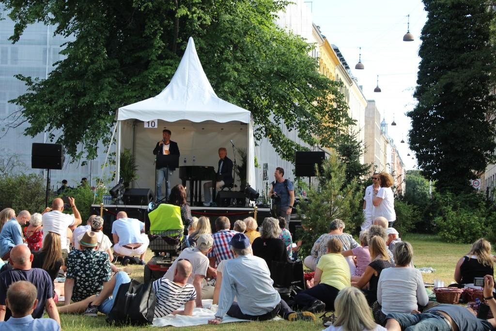 Silas Holst optræder sammen med pianist Henrik Kgrosgaard på scene 10. Foto den 5. juni 2018 kl 18.30 af Erik K Abrahamsen