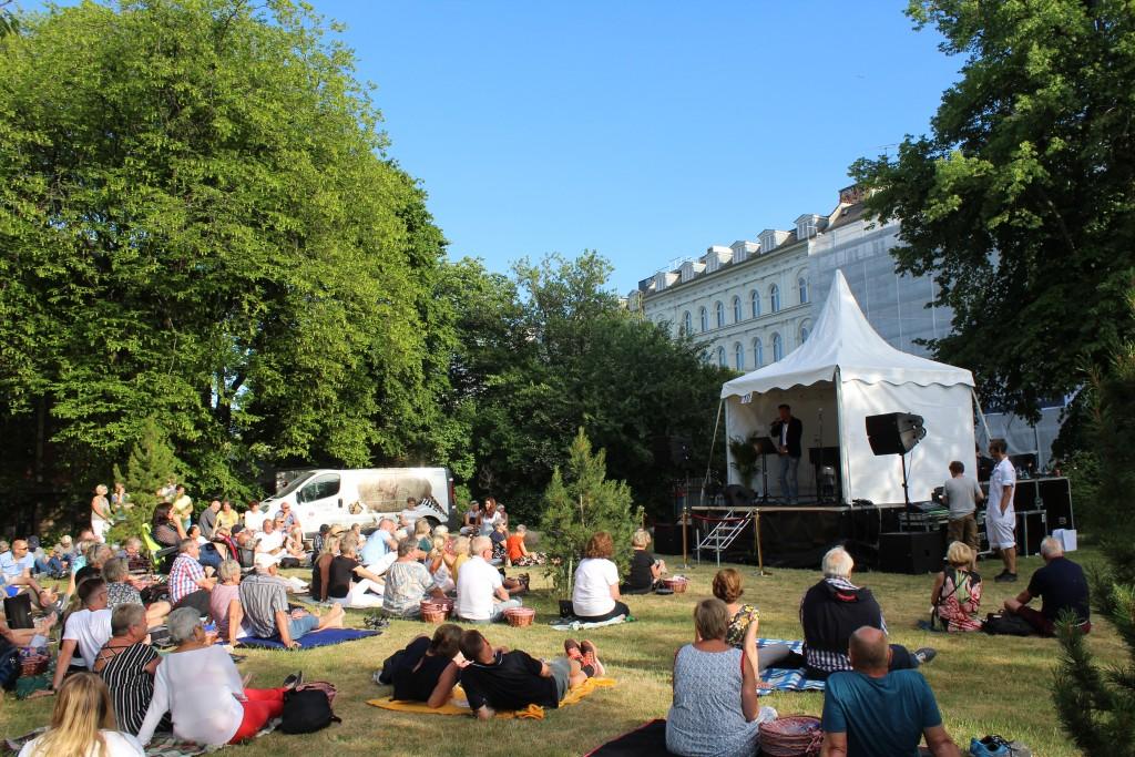 Silas Holst optræder sammen med pianist Henrik Krogsgaard på scene 10. Foto den 5. juni 2018 kl 18.30 af Erik K Abrahamsen