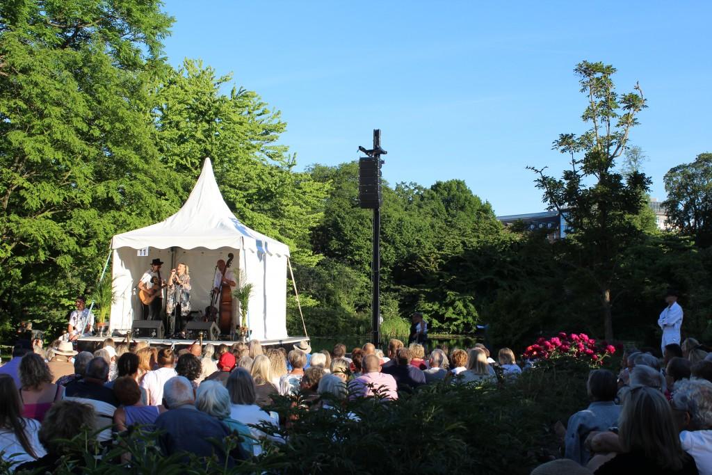 Sangeren Søs Fenger optræder med bang på scebne 11. Foto den 5. juni kl 19.30 af Erik K Abrahamsen.