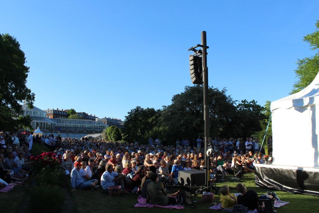 Udsigt mod publikum på den store plaæe foran Væksthusettil koncerten med Søs Fenger på scene 11. Foto i retning