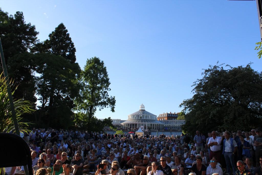 Udsigt mod publikum på den store plæne hvor Søs fenger optræder med band på scene 11. Foto den 5. juni 19.30-50 af Erik K Abrahamsen.