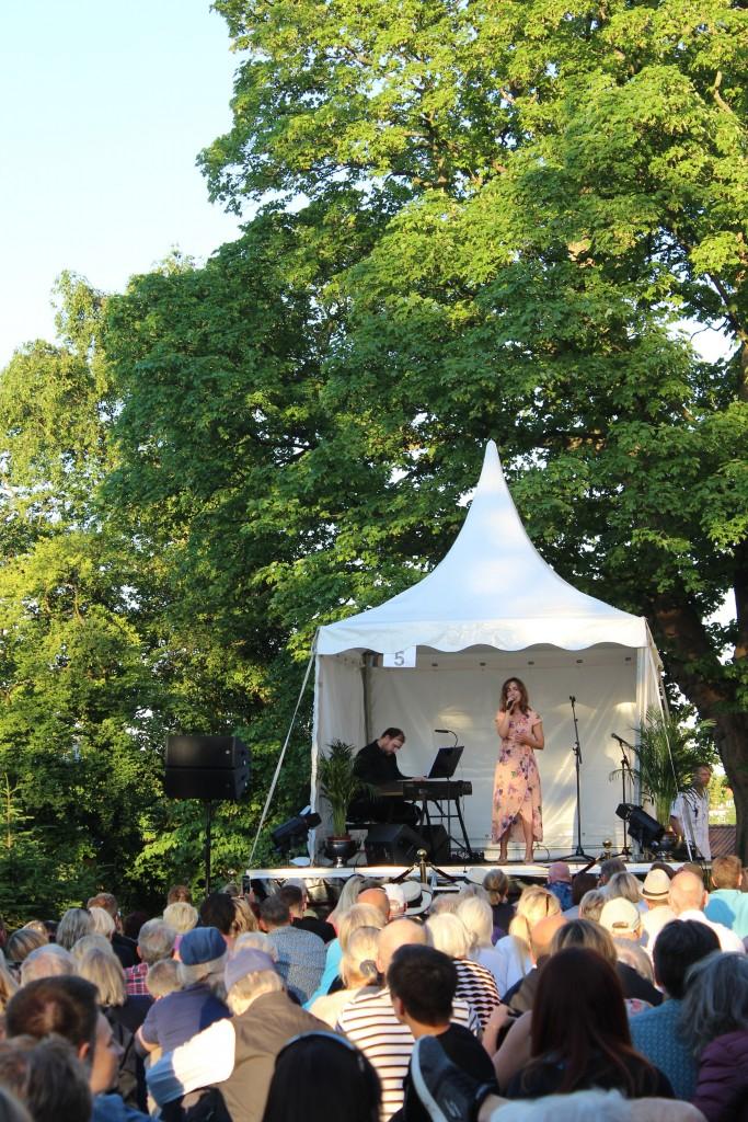 Maris Lucia snger på scene 5. Foto den 5. juni 2018 kl.20-2050 af Erik K Abrahamsen.